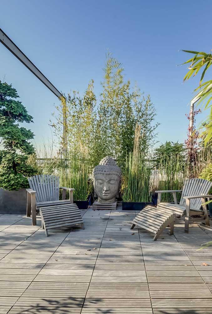 Um buda no meio do terraço para lembrar que ali é o melhor lugar para se silenciar e encontrar a paz