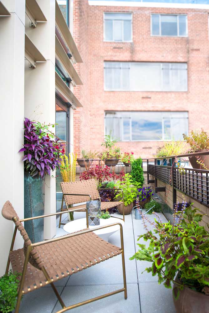 Terraço pequeno decorado com muitas plantas
