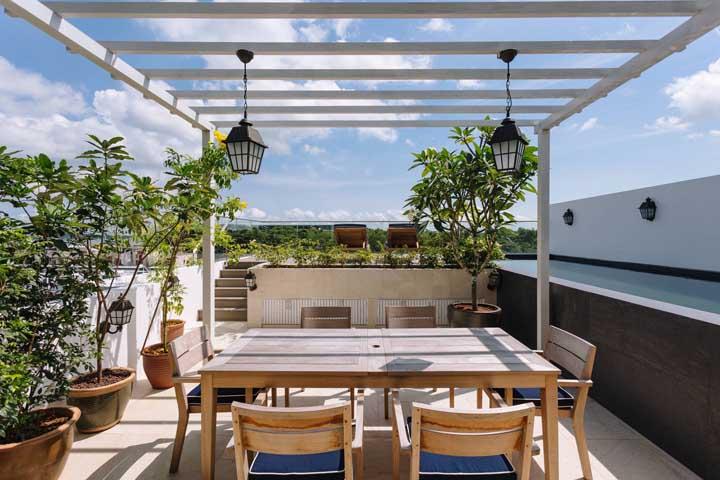 Uma forma simples e fácil de inserir plantas no terraço é usando vasos grandes