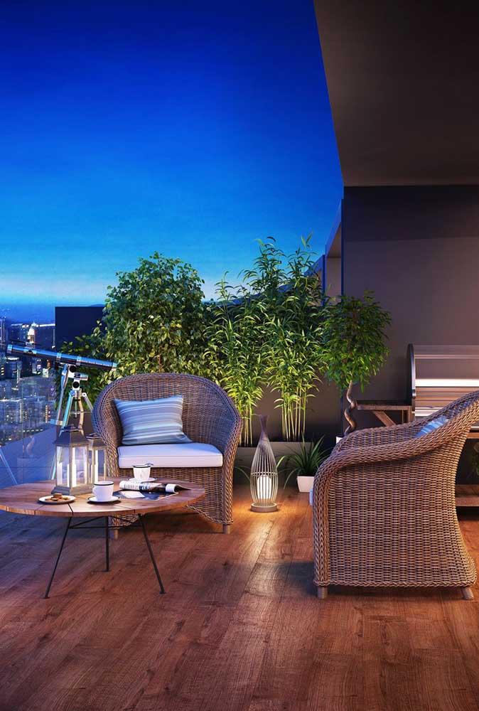 Poltronas confortáveis de vime trazem o conforto que esse pequeno terraço precisa
