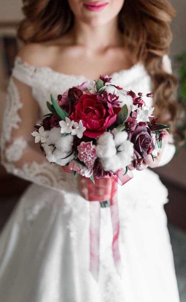 Buquê de noiva feito com rosas e flores delicadas de algodão