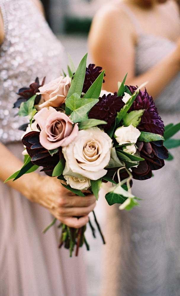 Crisântemos e rosas formam esse buquê de flores para casamento