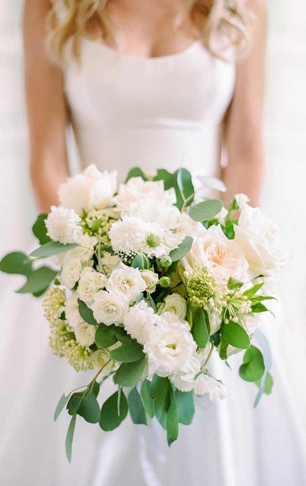 As flores brancas formam um lindo contraste com as folhagens