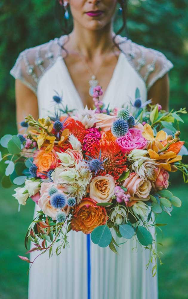 Um buquê colorido e descontruído para o dia do casamento