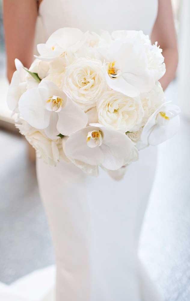 Orquídeas e rosas brancas para um buquê de casamento elegante