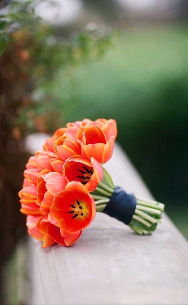Buquê de noiva feito com tulipas. Ideal para os casamentos em meses de inverno