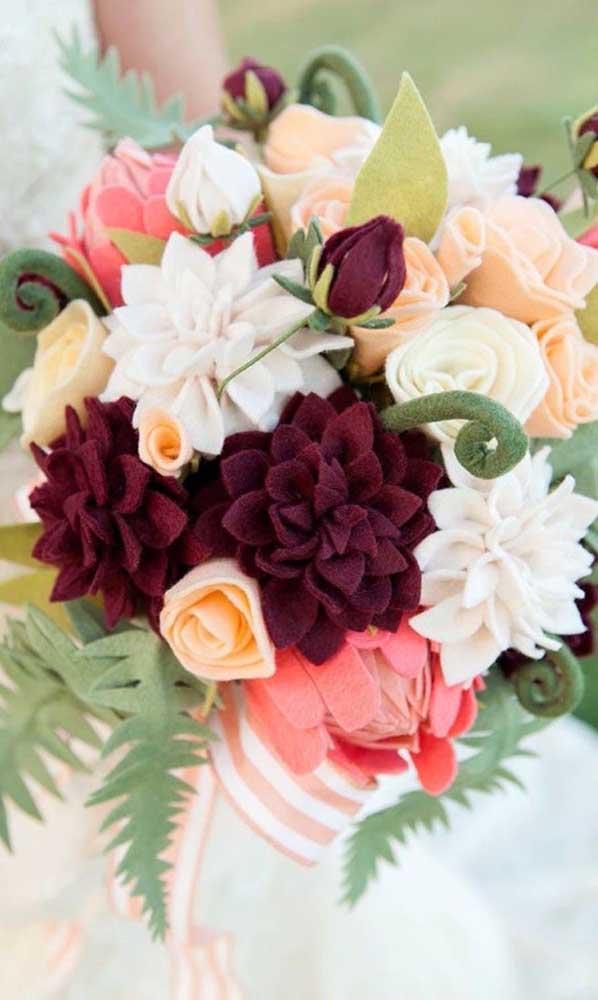 Buquê de flores artificial. Repare que as flores são de feltro