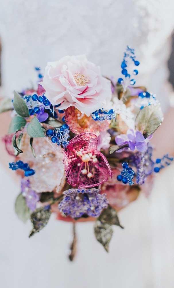 Um buquê com toque exótico e diferenciado tanto pelas flores, quanto pelas pedrarias azuis
