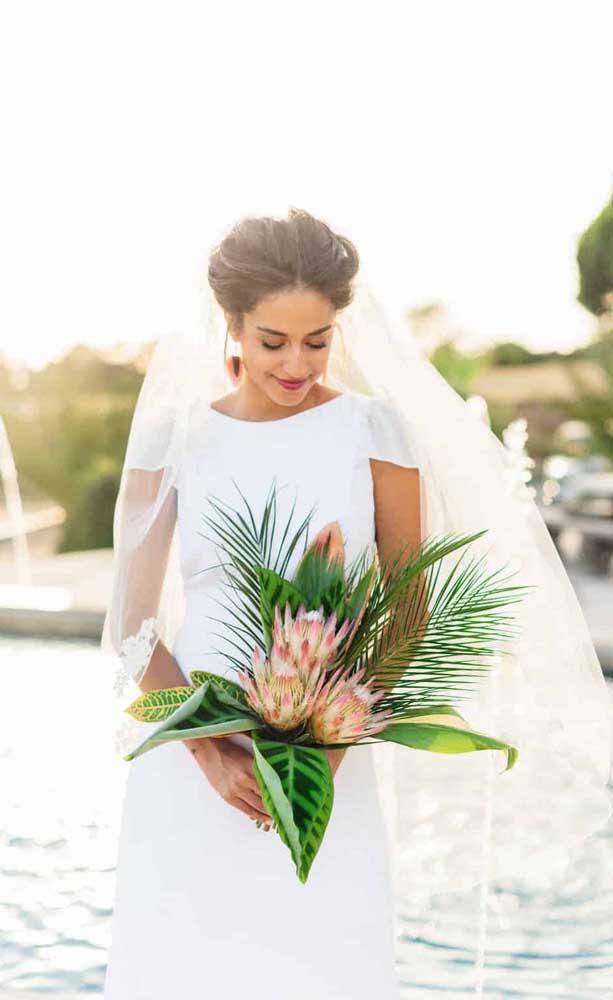 Folhas de cróton, maranta e palmeira embelezam esse buquê de flor exótica