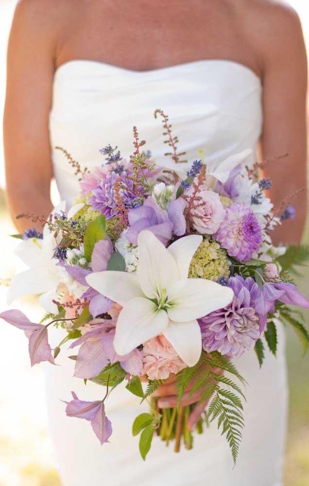 Uma beleza esse buquê de flores em tons de lilás e branco