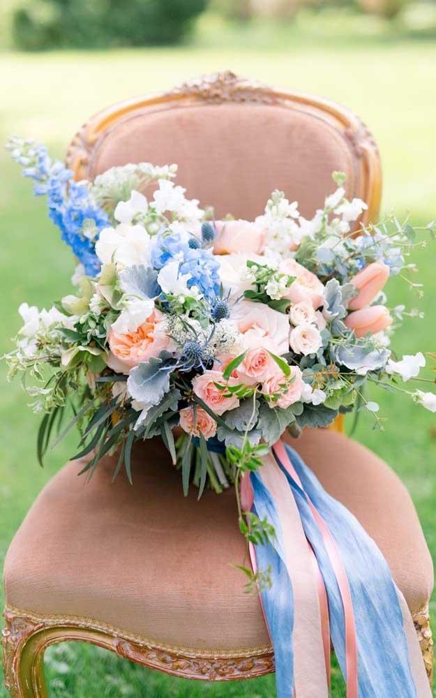 Tons suaves e delicados preenchem esse buquê de noiva em tamanho grande