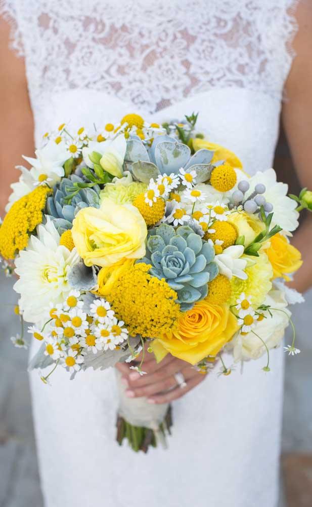 Flores amarelas e suculentas compõe esse inusitado buquê de flores para casamento