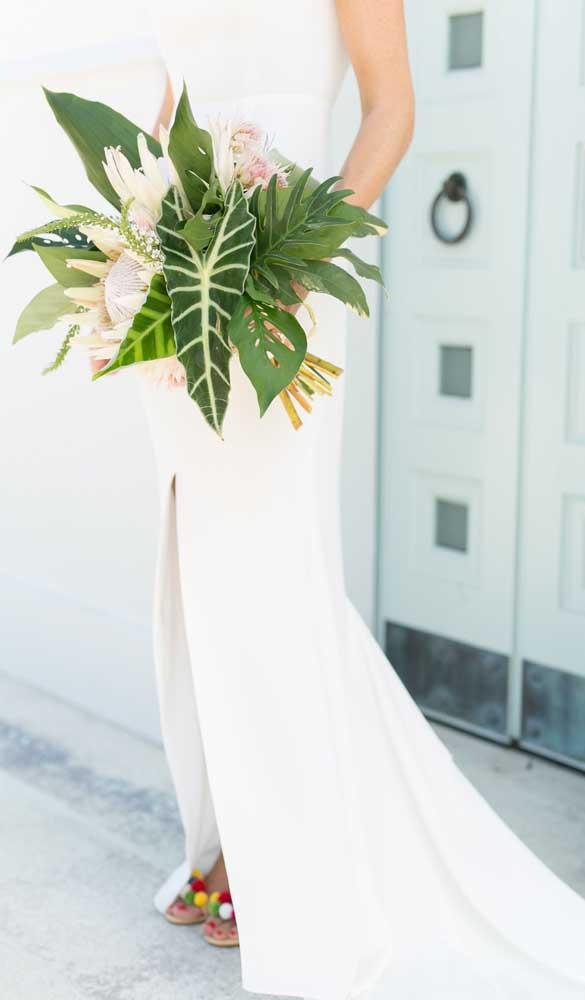 As folhagens se destacam nesse buquê de noiva moderno