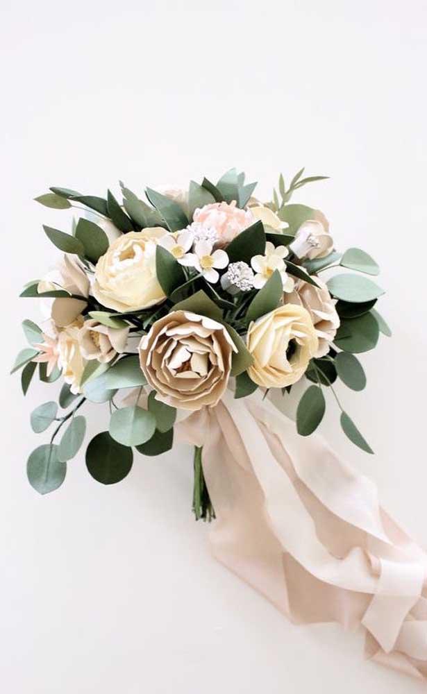 Flores em tons terrosos combinando com a fita de cetim