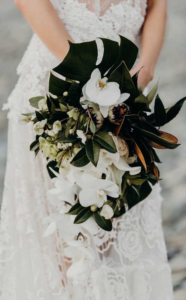Que tal algumas folhinhas de costela de adão no buquê de noiva?