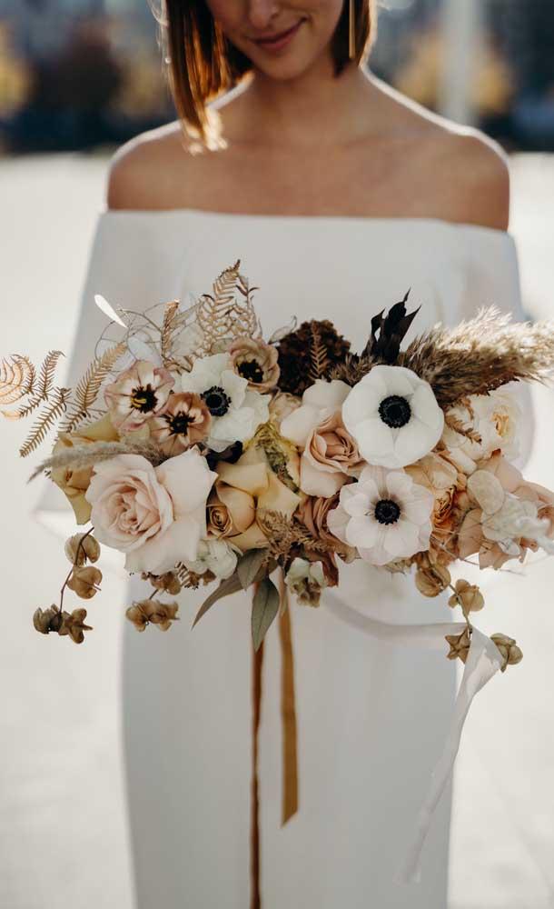 Flores secas integram esse buquê levemente rústico, mas super elegante