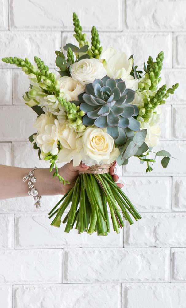 A rosa de pedra traz um toque único e todo especial para esse buquê de flores