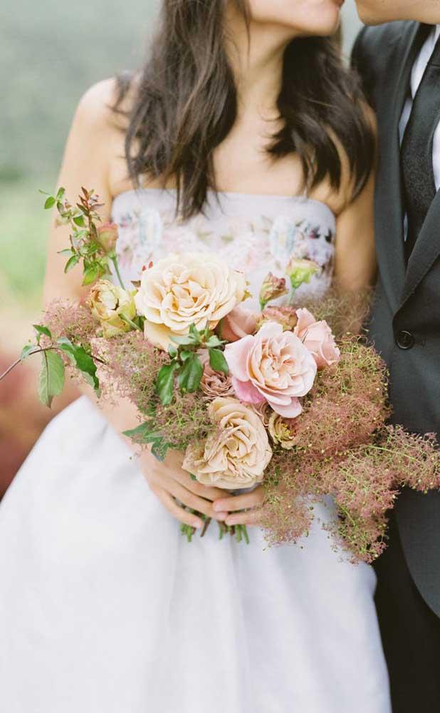 Buquê de flores em estilo rústico e descontruído