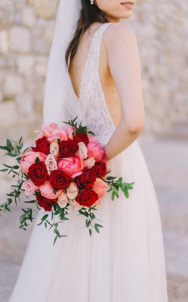 Rosas vermelhas e salmão para expressar o amor e a paixão no dia do casamento
