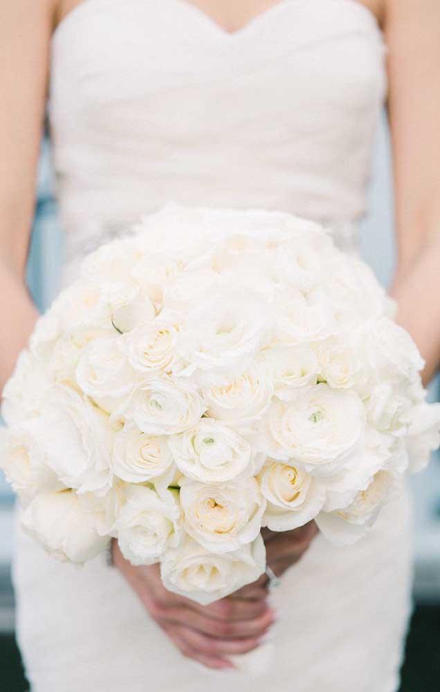 Já o buquê de rosas brancas transmite paz e delicadeza