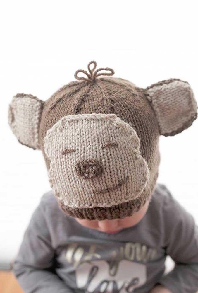 Uma fofura de touca de tricô infantil com desenho e formato de ursinho. Dá pra se esquentar e brincar com ela!