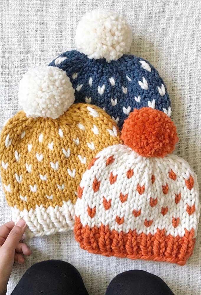Trio de toucas de tricô iguais no modelo, mas diferentes nas cores