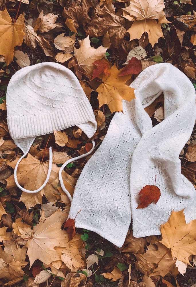 Aqui, a lã mais fina trouxe delicadeza para o conjunto de touca e cachecol de tricô