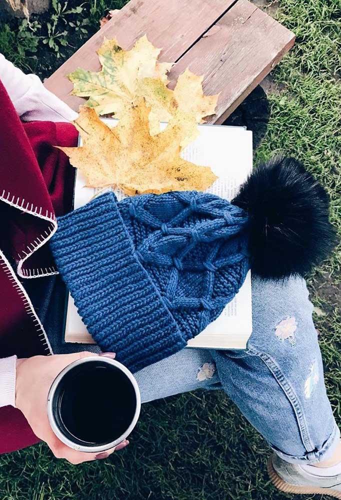 Um belo azul para colorir esse modelo de touca de tricô com pompom