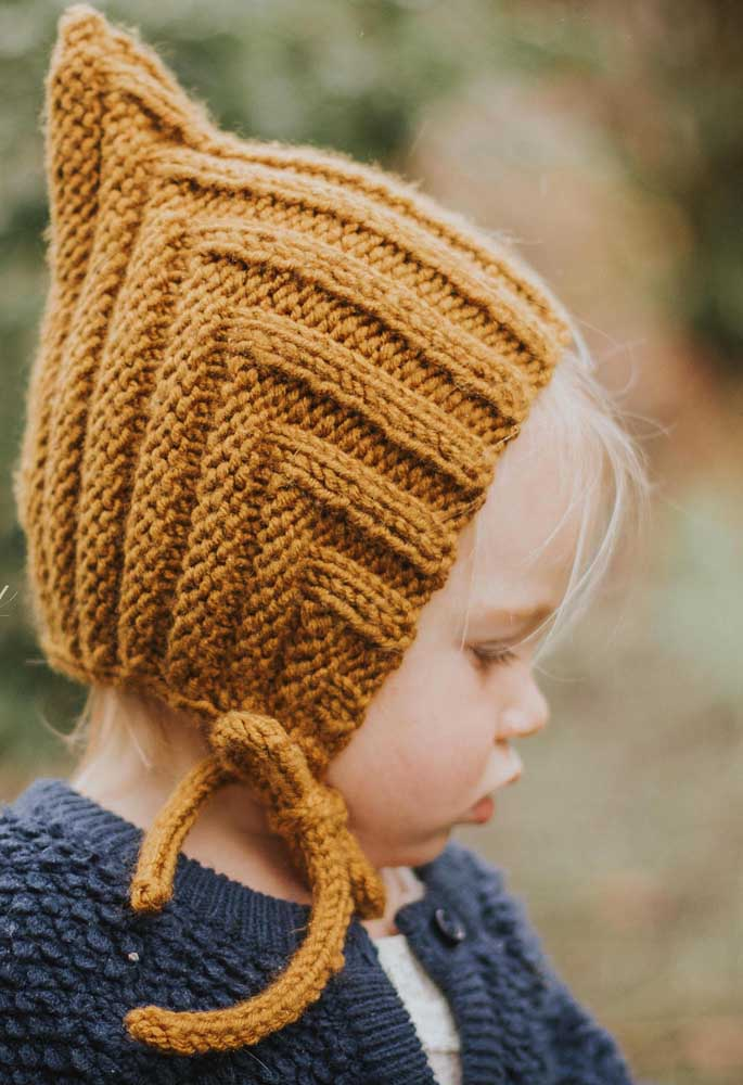 Que charme essa touquinha de tricô infantil com protetor para as orelhas