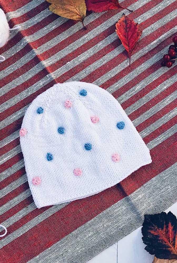 Touca de tricô infantil com detalhes delicados e românticos
