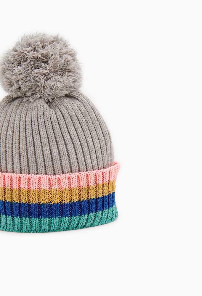 Olha que boa ideia: aqui, a touca de tricô ganhou apenas o barrado de virar colorido
