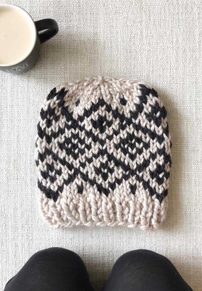 O bom e velho preto e branco estampando essa touca de tricô