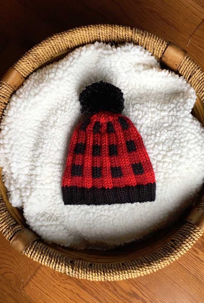 Uma touca de tricô com padrão em xadrez para o bebê: é muita fofura!
