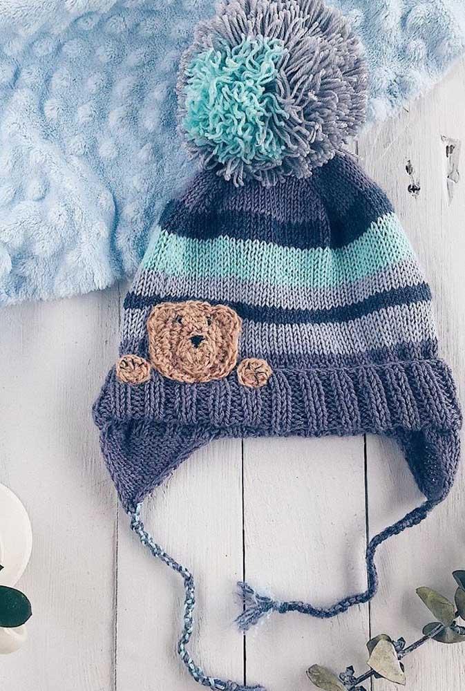 Touca de tricô infantil com tudo o que tem direito: amarrador, pompom, protetor de orelha e, claro, o ursinho