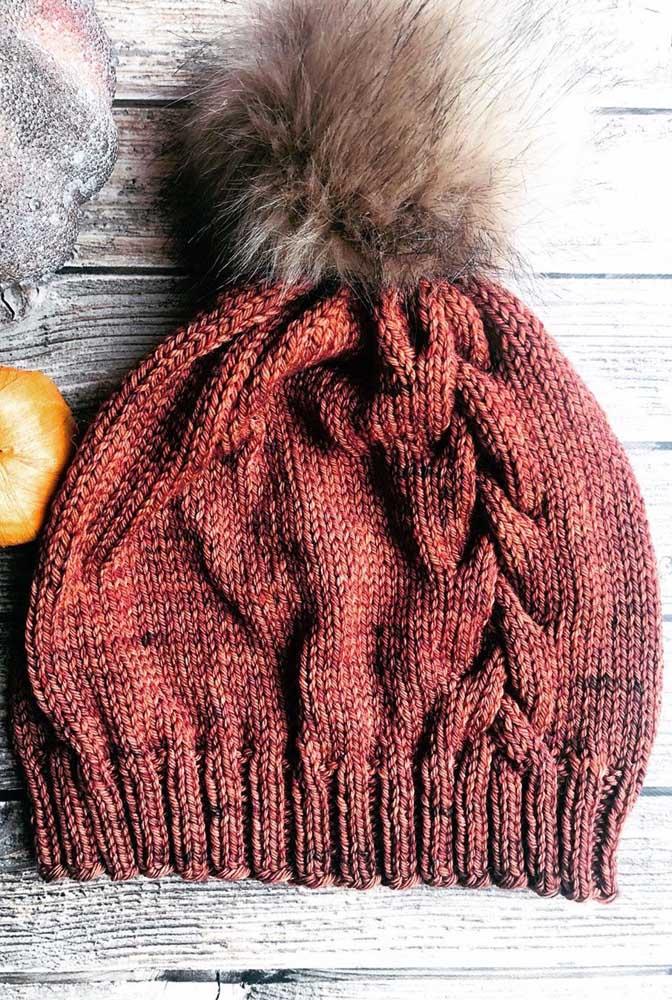 O charme dessa touca de tricô mesclada é o pompom de pelos
