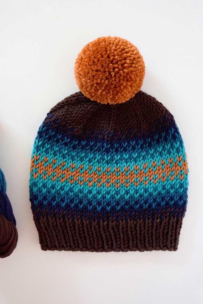 Cores sóbrias e vibrantes fazem uma bela composição para a touca de tricô