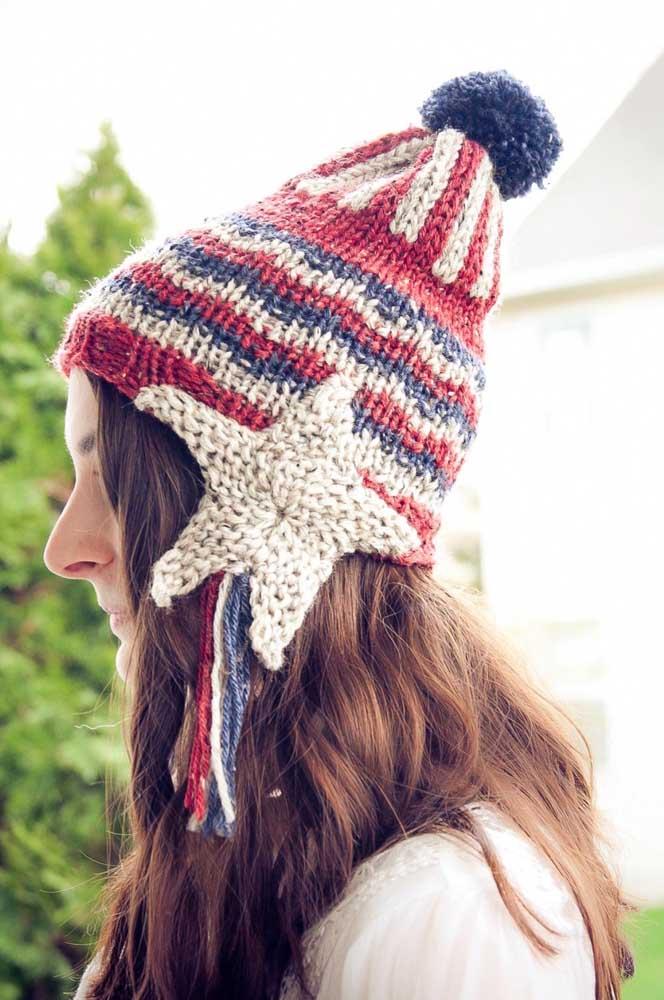 Touca de tricô em três cores. Destaque para o protetor de orelha com formato de estrela