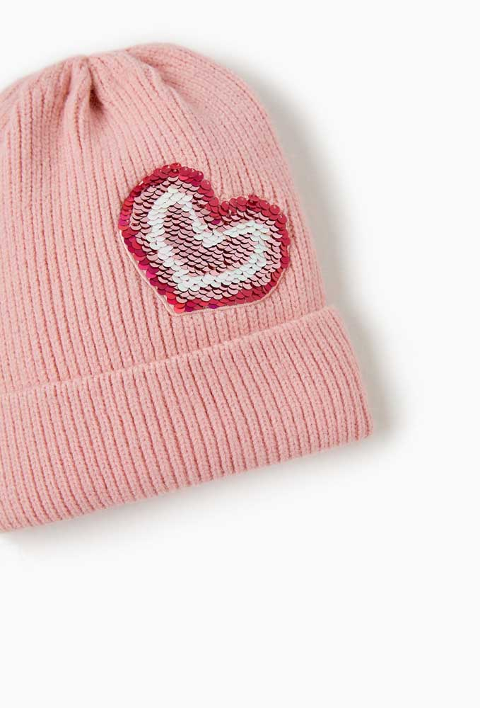 Corações de lantejoulas para decorar a touca de tricô feminina