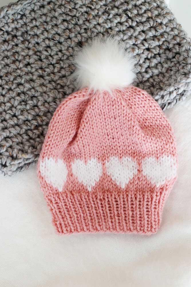 A touca rosa de tricô merece esses pequenos corações brancos!