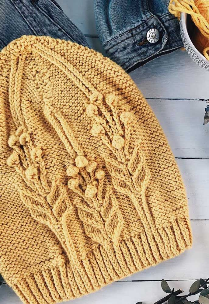 Flores e folhas desenhadas na touca de tricô. Uma belíssima inspiração!
