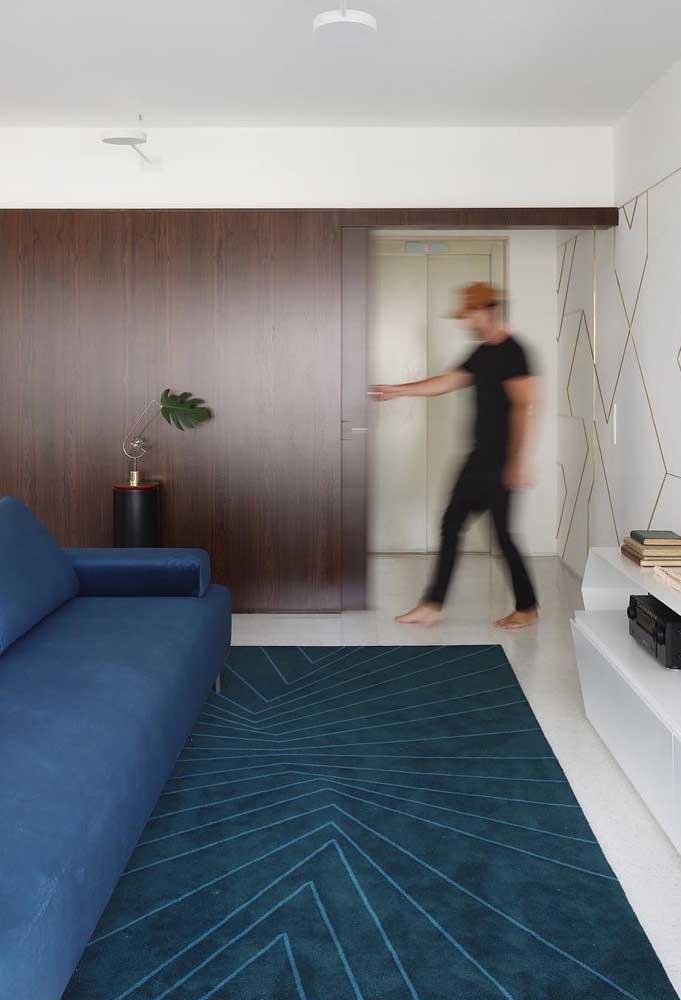Combinação de tom sobre tom entre o sofá e o tapete geométrico