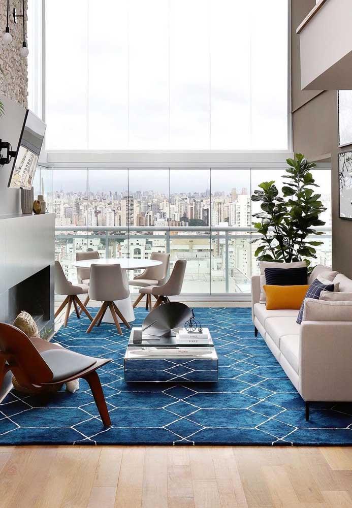 Bela inspiração de tapete geométrico azul. A cor valoriza a decoração neutra da sala
