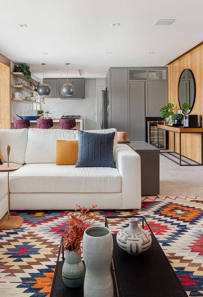 O tapete geométrico colorido é perfeito para uma decoração descontraída e alegre