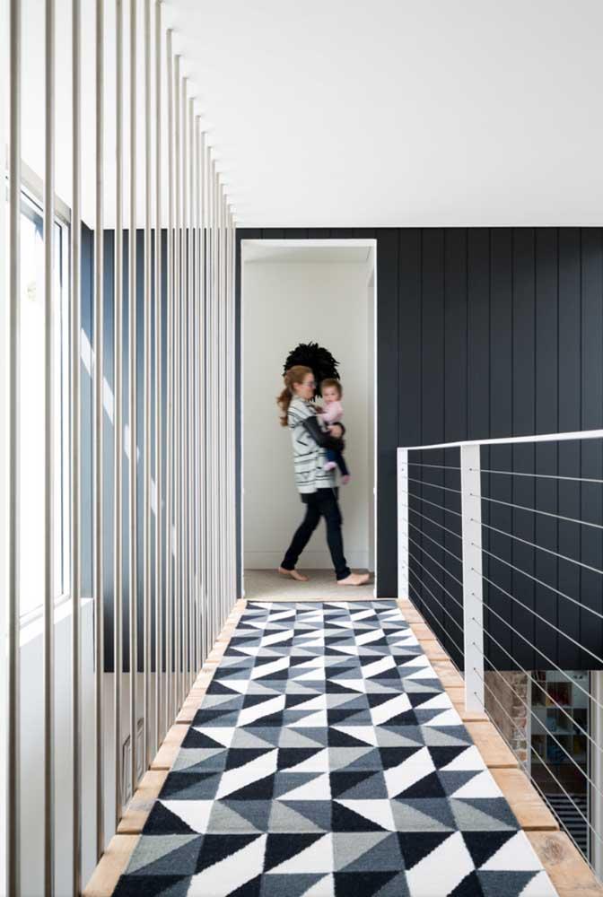E o corredor também se valoriza com a presença do tapete geométrico