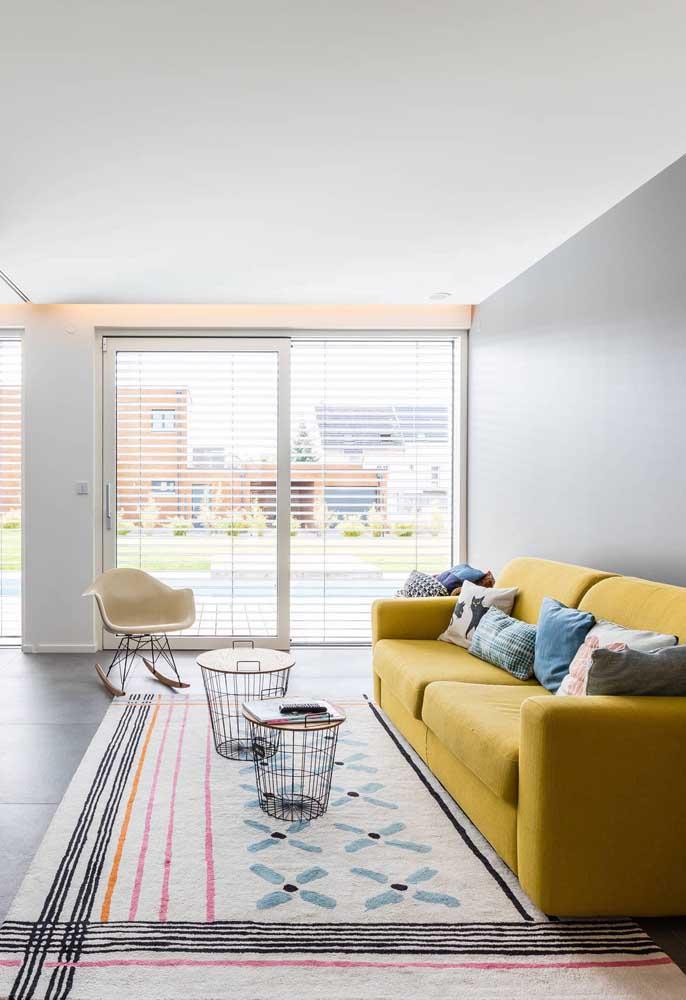 Sala moderna com tapete geométrico colorido