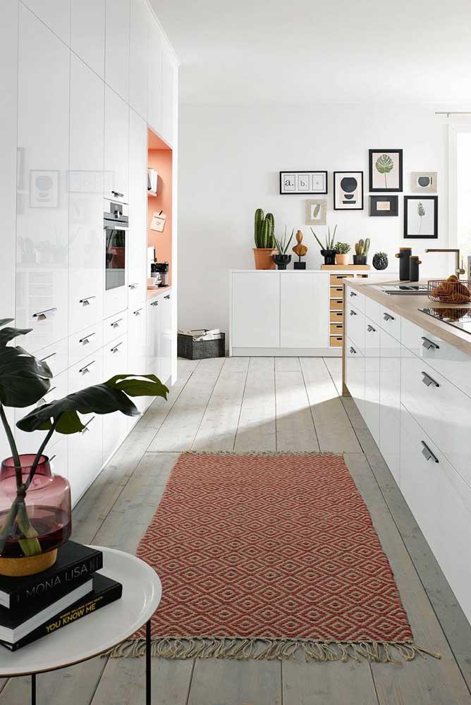 A boa e velha passadeira de cozinha também pode ser render ao charme dos tapetes geométricos