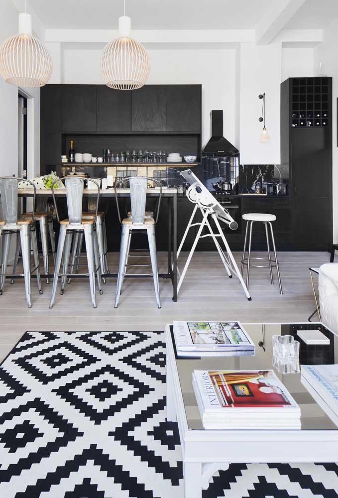 Losangos em preto e branco para combinar com a paleta do ambiente