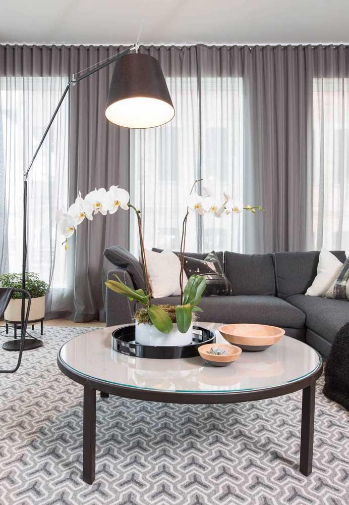 Tapete geométrico cinza no tamanho perfeito dessa sala de estar