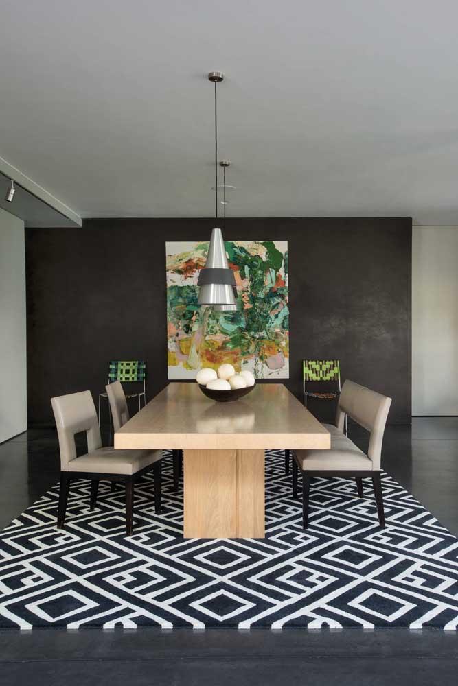 A sala de jantar ganhou a companhia de um enorme tapete geométrico preto e branco