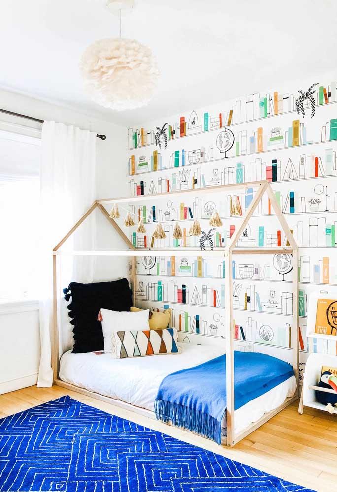 O quarto infantil de base clean ganhou vida com o tapete geométrico azul